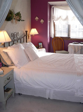 Pathway Cottage Bed & Breakfast: Reminisce Room with queen bed
