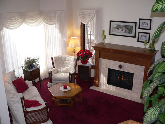 Pathway Cottage Bed & Breakfast: Comfortable sitting room with fireplace