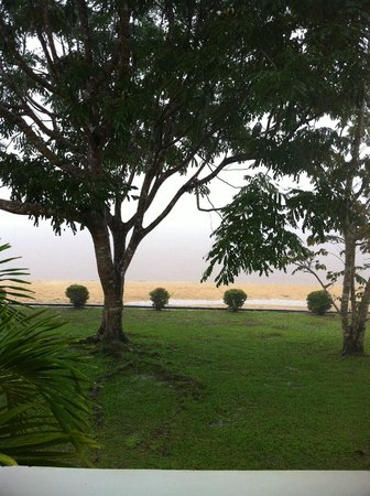 Baganara Island Resort: River view in HEAVY rain