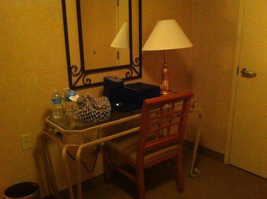 Little Rock Marriott: Foyer executive suite room 1628