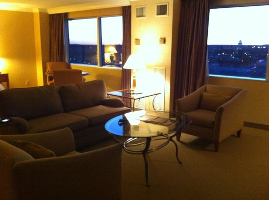 Little Rock Marriott: Sitting area executive suite room 1628