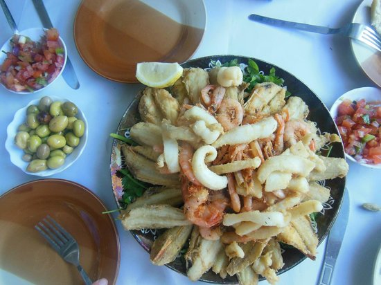 LE VIEUX PORT, SPECIALITE POISSONS: 4 x 34 dh lunch plate for 4 persons