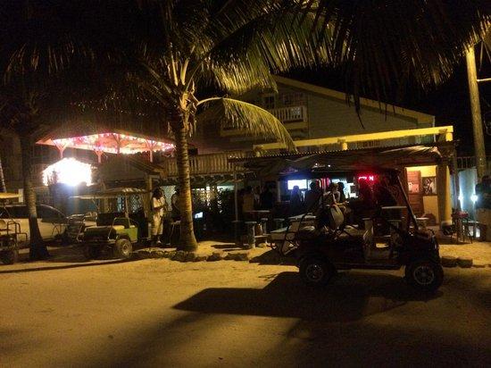 Aqua Vista Beachfront Suites : Cute bar next door - Wayo's!