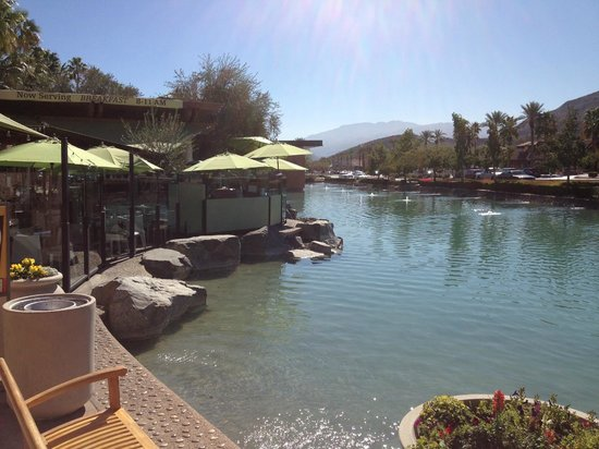 Acqua Pazza: View of the outdoor patio - lots of tables at the edge of the water