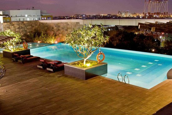 Crowne Plaza Bengaluru Electronics City: Swimming Pool with city view