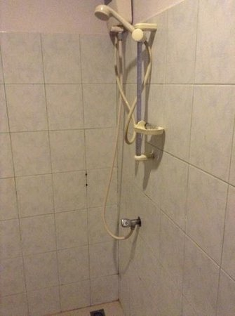 Andaman Lanta Resort : our shower - no stall. expect evertything in the bathroom to be soaking wet, including the rotti