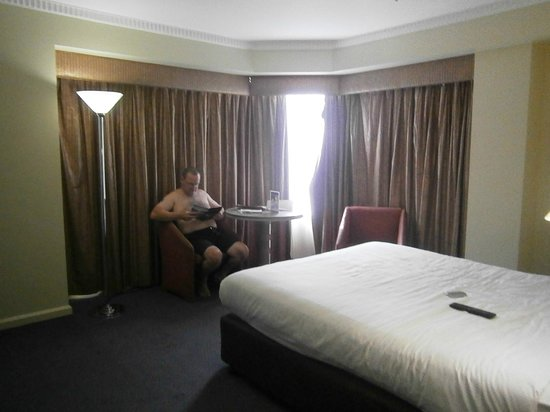 Hotel Grand Chancellor Adelaide on Hindley: relaxing in our room