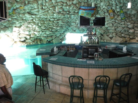 Taino Beach Resort & Clubs : cave bar at the pool