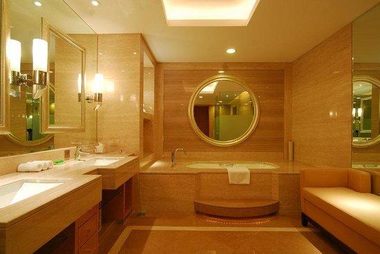 HaiWaiHai Crown Hotel: Bathroom Amenities