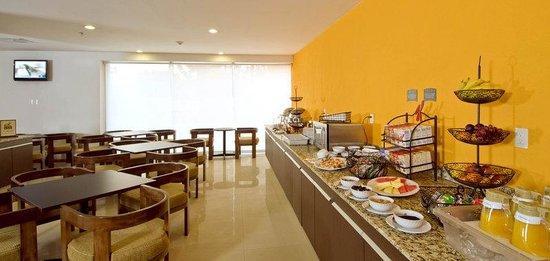 Staybridge Suites Guadalajara Expo: Breakfast Bar