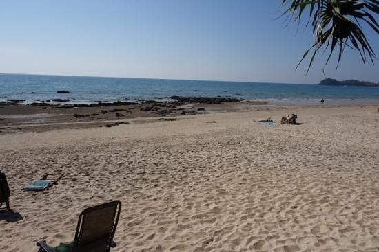 Andaman Lanta Resort : rocky beach