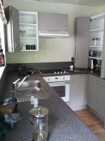 Turangi Leisure Lodge: Kitchen in 2 bedroom apartment.