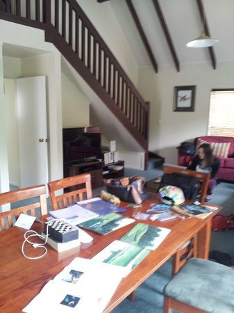Turangi Leisure Lodge: Dining and lounge area in 2 bedroom apartment