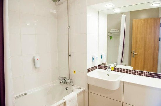 Premier Inn Oswestry Hotel: Bathroom