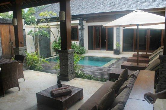 Hotel Vila Ombak : view of pool and bedroom doors