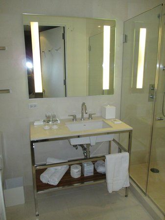 Cassa Hotel 45th Street New York : Modern bathroom