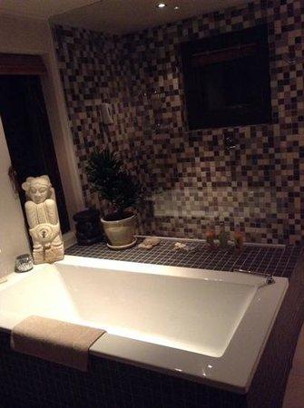 Hog Hollow Country Lodge: modern bathrooms too!