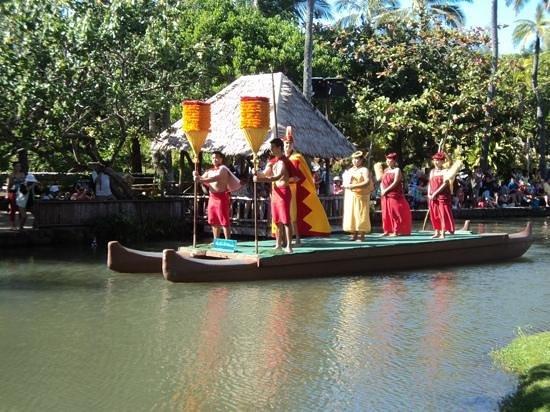 Polynesian Cultural Center: a very nice canoe show