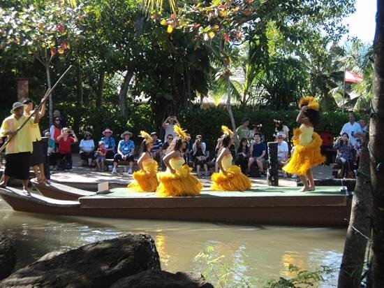 Polynesian Cultural Center: more canoe show