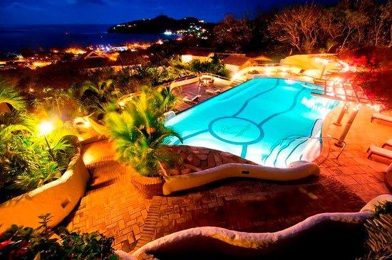 Pelican Eyes Resort & Spa: Grand Pool at Night