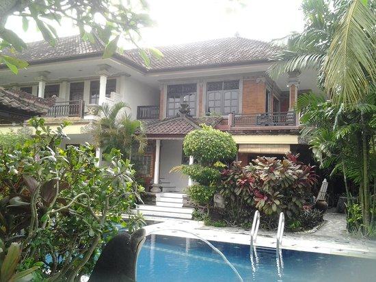 Taman Agung Hotel: het zwembad en een gedeelte van de kamers
