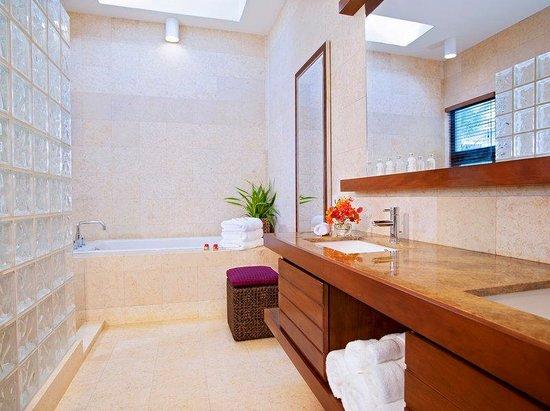 Las Verandas Hotel & Villas : Las Verandas Bath