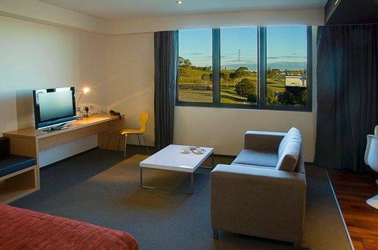 Alpha Hotel Eastern Creek: Alpha Suite Lounge Area