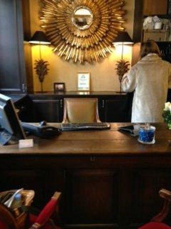 Hotel Louis 2: 入り口脇にすぐフロント