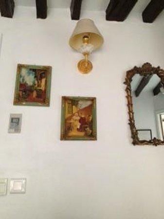 Hotel Louis 2: こじんまりした部屋にパリらしいフレーム