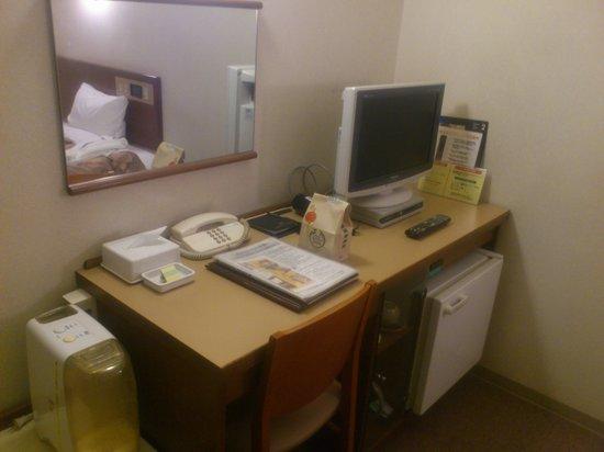 Smile Hotel Asahikawa: 部屋のデスク周り