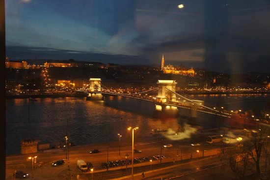 Sofitel Budapest Chain Bridge : вид на мост вечером