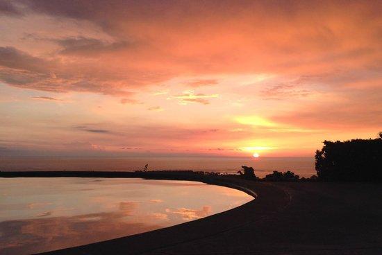 Luana Inn: sunset at the pool