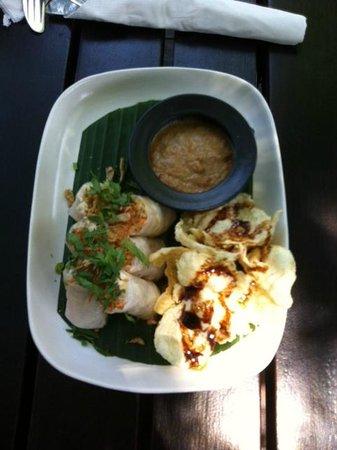 Cafe Batu Jimbar: Rice paper rolls & Samosas