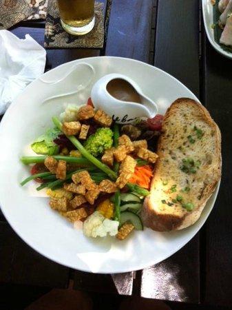 Cafe Batu Jimbar: Signature salad with tempeh
