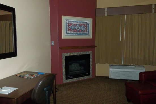 Sedona Real Inn and Suites: fireplace in suite