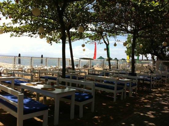 Sand Beach Club & Restaurant: Beachfront seating