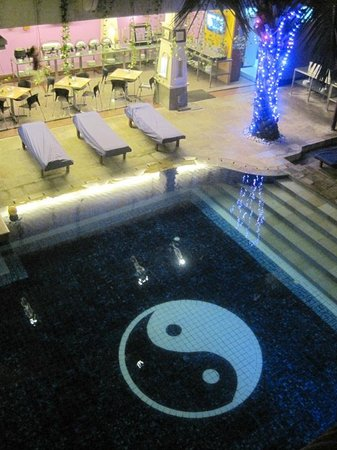 Permata Kuta Hotel by Zeeti International : Night view of pool from room