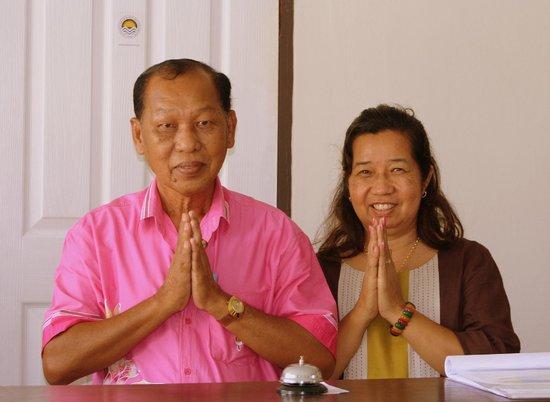 ชาญ รีสอร์ท: Besitzer Chan und seine Frau