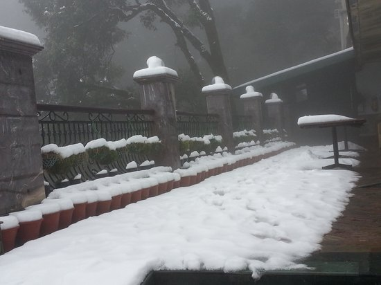 Hotel Madhuban Highlands: on 1 balcony covered with snow