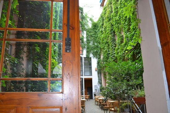 Arte Luise Kunsthotel: The courtyard from within the hotel lobby/reception