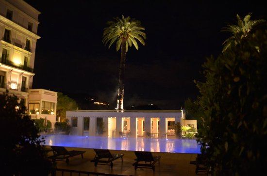 Hotel Royal-Riviera: Het verwarmde zwembad & restaurant 'Pergola'
