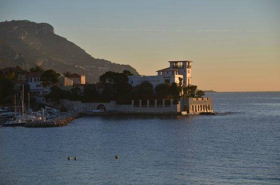 Hotel Royal-Riviera : De 'Griekse villa', aan de overkant van het baaitje