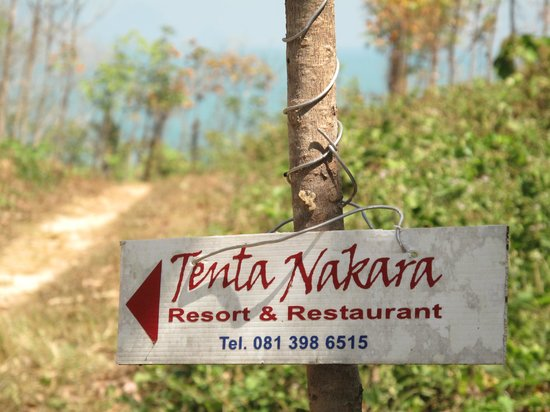 Tenta Nakara : Path to resort from the westside of the island.