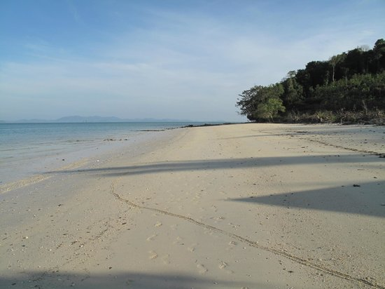 Tenta Nakara : Beach to the right of the resort.