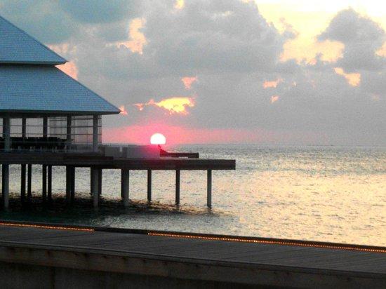 Diamonds Thudufushi : coucher de soleil sur les maldives