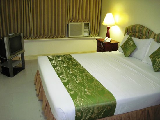 Manila Airport Hotel : Nice bug bed and noisy air conditioner in the background.