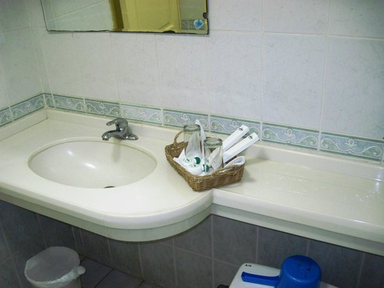 Manila Airport Hotel: Bathroom with complimentary toothe brushes and a single small bar of soap.