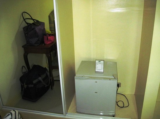 Manila Airport Hotel: Wardrobe with bar fridge inside.