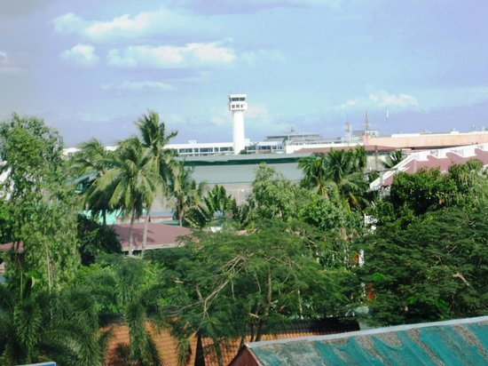 Manila Airport Hotel: View of Terminal 1 air traffic control.