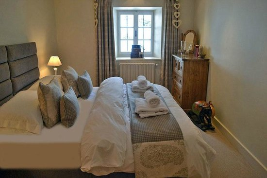 The Nest: Bedroom 4 - A large En-suite room sleeping 2 people with a bath and separate power shower